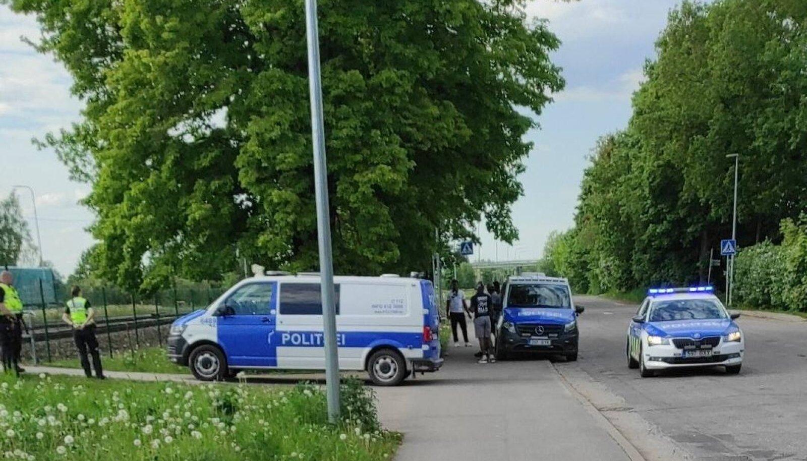 Politseinikud Briti sõdureid kinni pidamas.