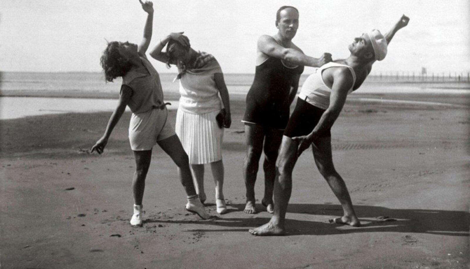 HEA ELU VIHATUD MAAL: Johannes Semper ja Johannes Vares-Barbarus ühes abikaasadega Pärnu rannas suvel 1928