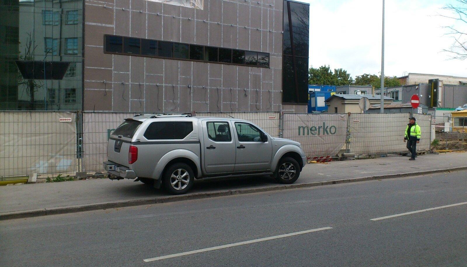 Kunderi tänava kõnnitee on muutunud parklaks