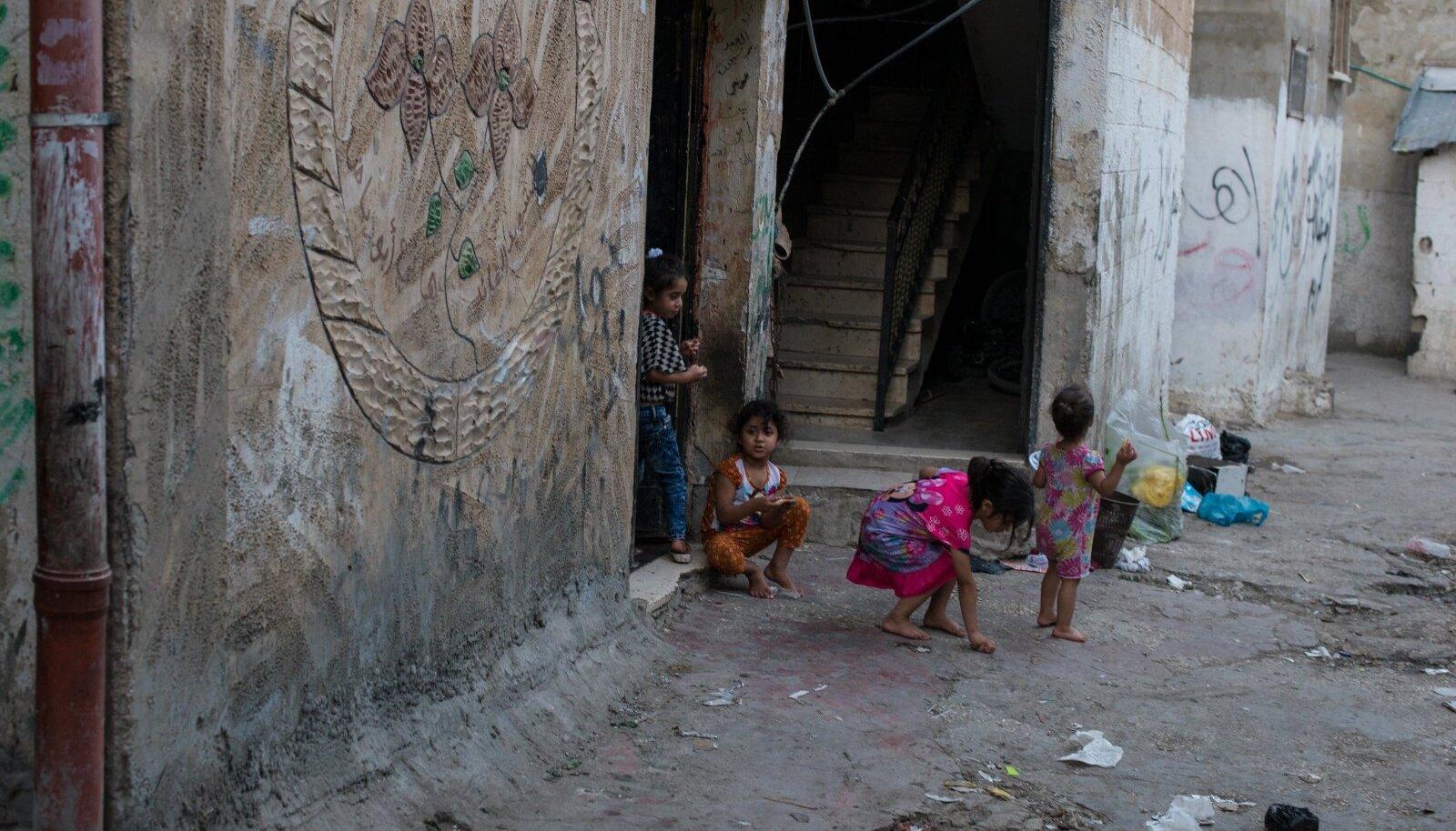 Balata pagulaslaagri tänavate ristmik ja tänaval mängivad lapsed. Foto illustratiivne