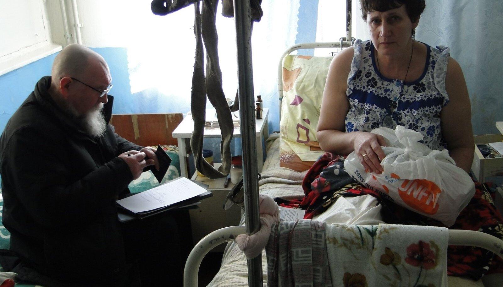 """Anatoli Ljutjuk (vasakul) andis """"Ukraina heaks"""" kampaaniaga kogutud abi üle Volnovahha bussipommitamises kannatanud naistele, kes saavad nüüd haiglaravi."""
