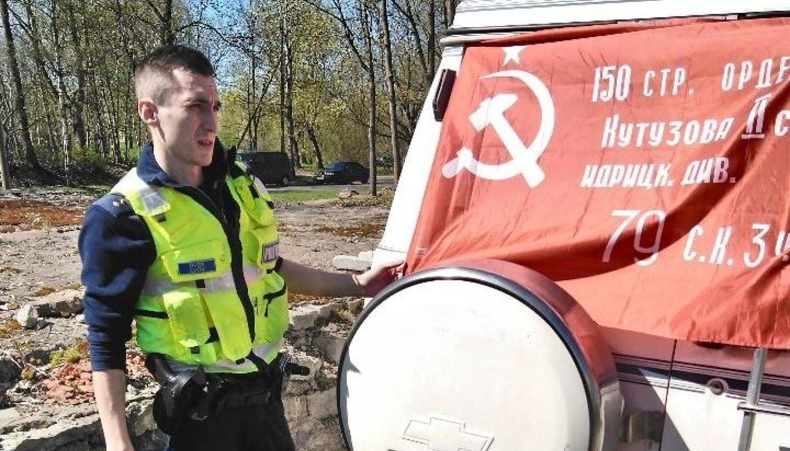 Politseinikud võitsid auto pealt maha nõukogude lippu