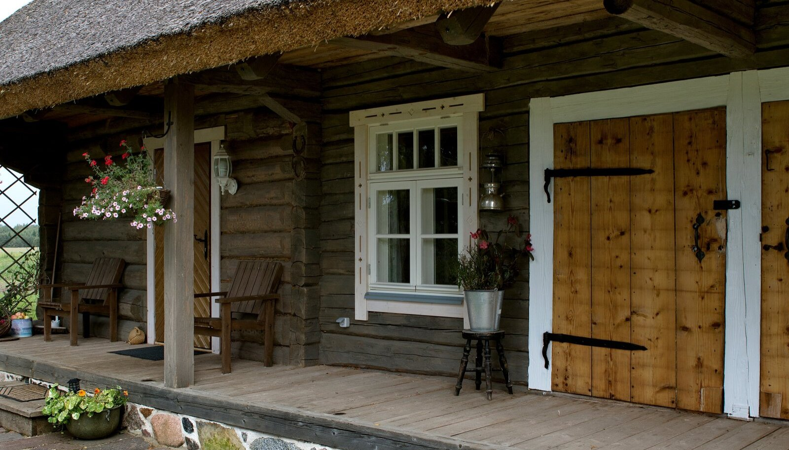 Tinnu talu tõllakuuriga ait Valgamaal on ajastutruult renoveeritud. Räästa all on hea vihmastel hommikutel kohvi juua.