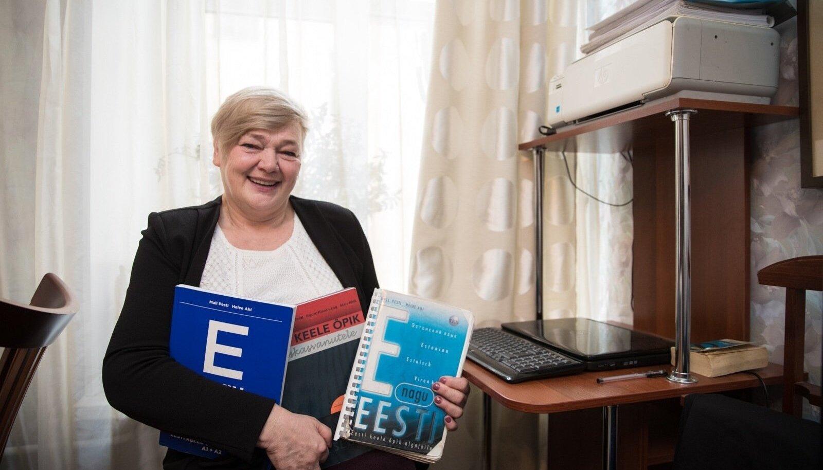 Katre Grigorjeva oma kõige kallimate töövahenditega ehk eesti keele õpikutega, milleta ta päevagi läbi ei saa.
