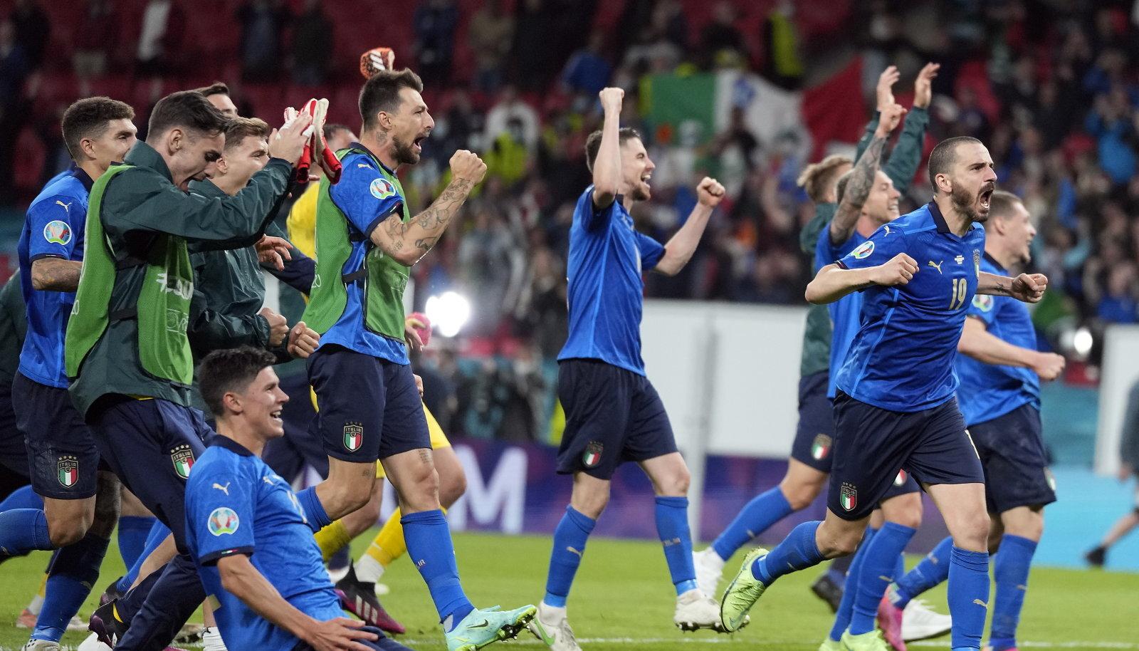 Itaalia koondislased finaali jõudmist tähistamas.