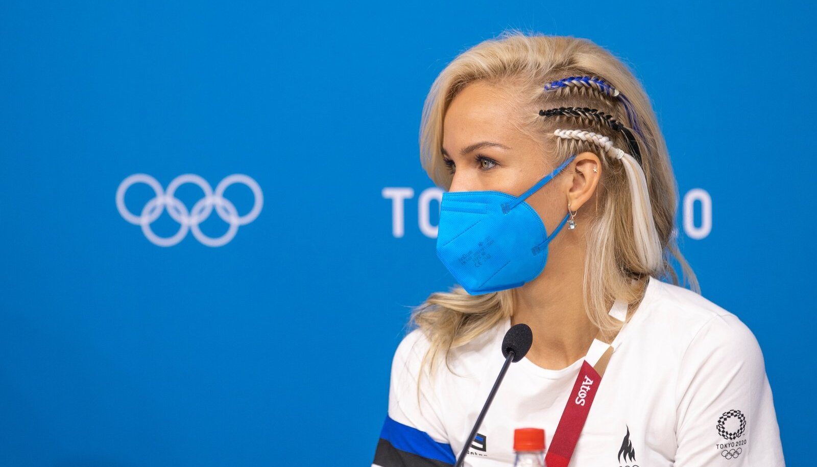 Vehkleja Erika Kirpu säras Tokyo olümpia pressikonverentsil sinimustvalgete patsidega.
