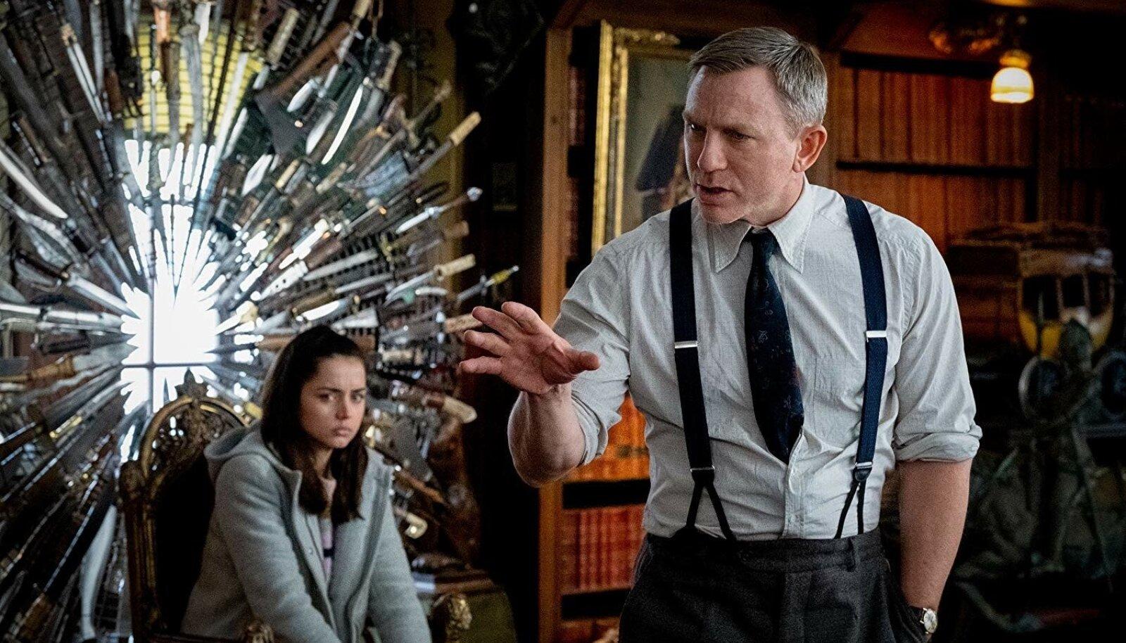 Põetaja Marta Cabrera (Ana de Armas), detektiiv Benoit Blanc (Daniel Craig) ja nugadest pühapaiste.