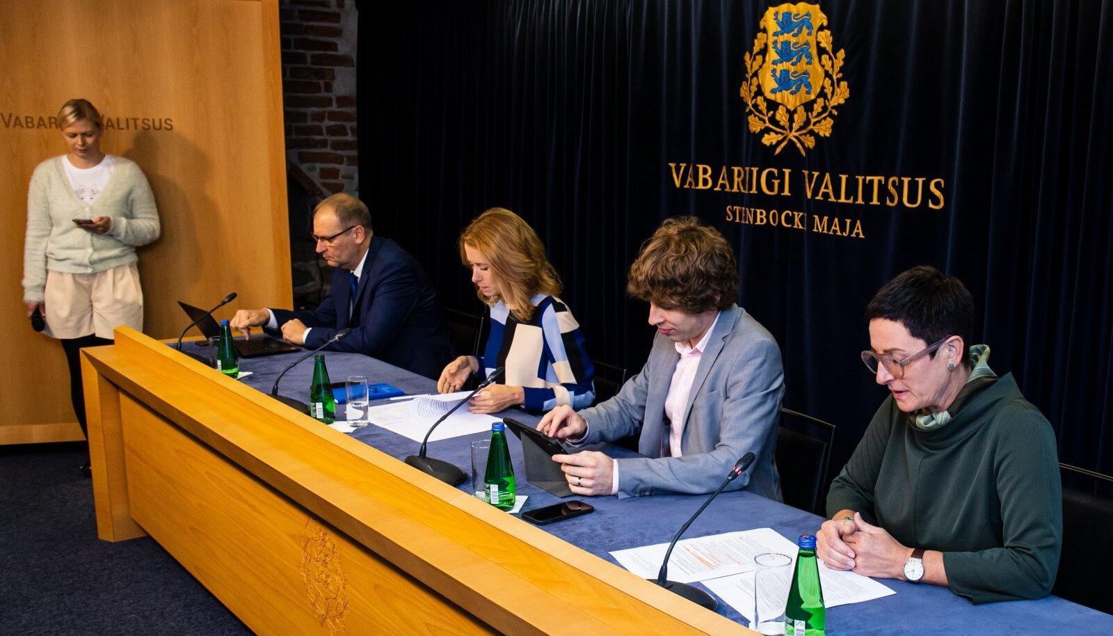 Vabariigi valitsuse pressikonverents. Paremal sotsiaalkaitseminister Signe Riisalo.