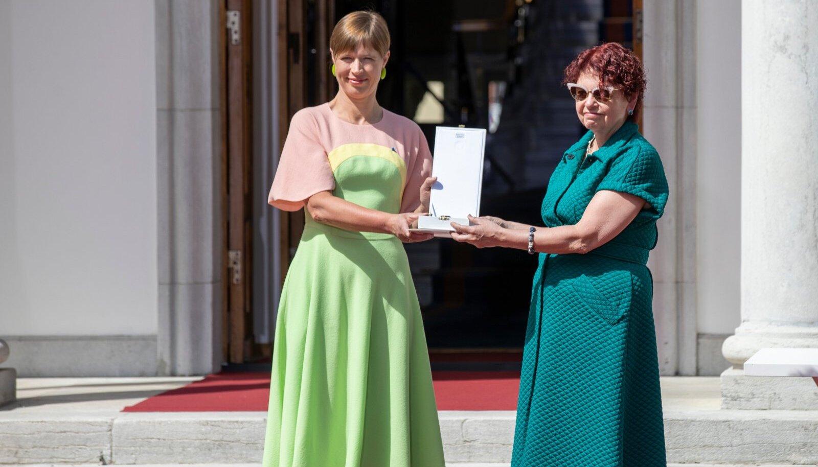 """President ja viroloog Irja Lutsar """"Eesti tänab"""" üritusel tänavu juunis. Kersti Kaljulaidile oma välimusest ja riietest rääkida ei meeldi, kuid pidev kodumaiste rõivakunstnike toetamine tekitab moeringkonnas alati elevust."""