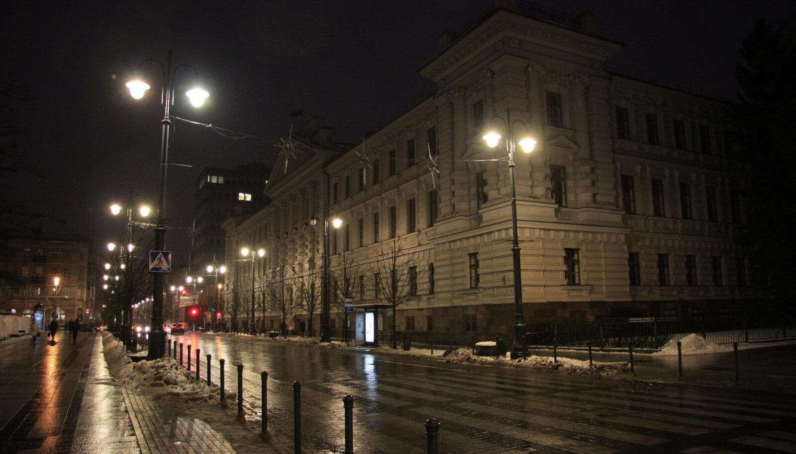 Kunagine KGB peakorter õhtuvalguses. Algselt asus selles Vene impeeriumi Vilniuse provintsi kohtumaja, seejärel Saksa Keisririigi valitsusasutused, vastasutatud Leedu sõjaväe värbamiskeskus, enamlaste revolutsioonitribunal, Poola okupatsioonivõimu kohus Vilniuses, Gestapo ja SD Leedu peakorter.
