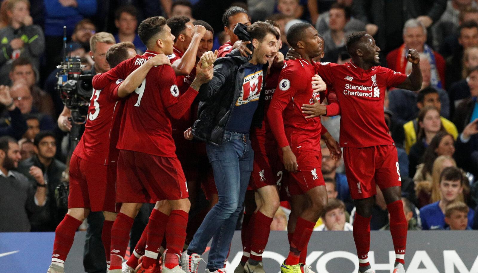 Liverpooli mängijad koos väljakule jooksnud fänniga viigiväravat tähistamas.