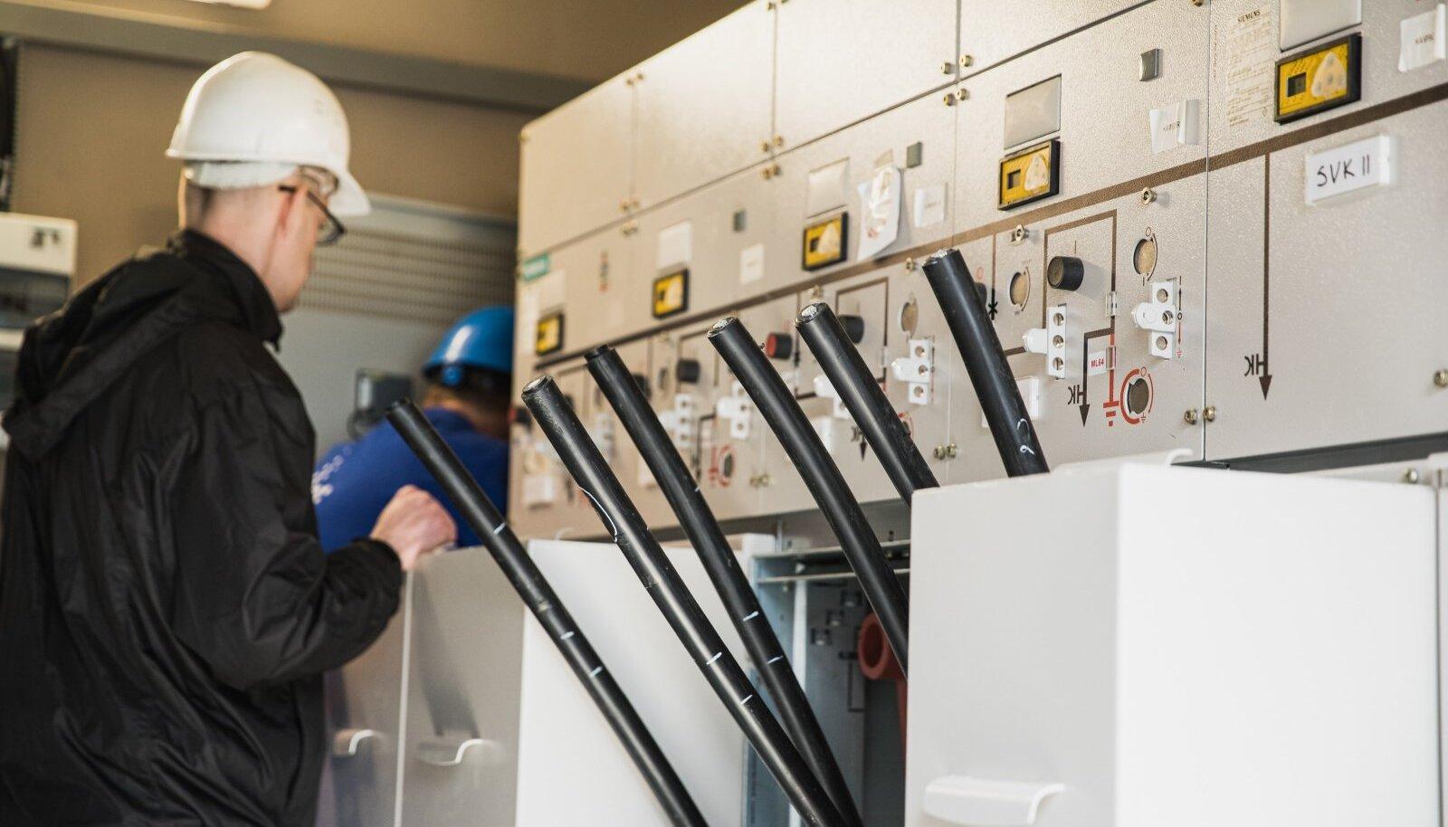Väga suures hulgas lülitites kasutatakse elegaasi isolatsioonivahendina, mis on 23 500 korda suurema kliimat soojendava efektiga kui CO2.