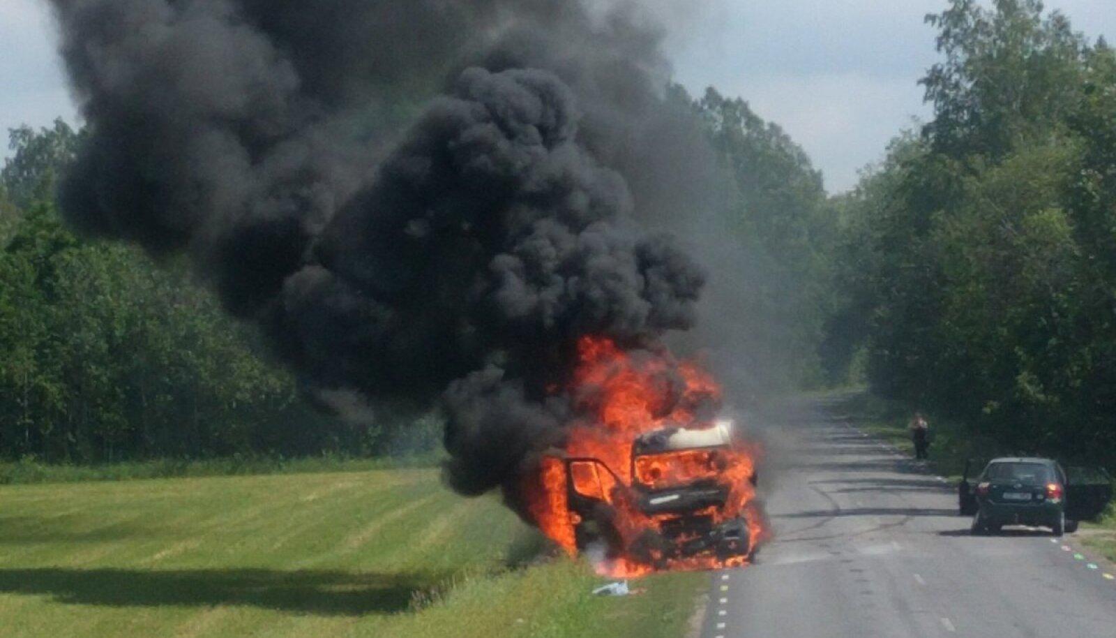 21. juunil põrkas Lääne-Nigula vallas Linnamäe külas väikebuss kokku sõiduautoga. Valge kaubik süttis.