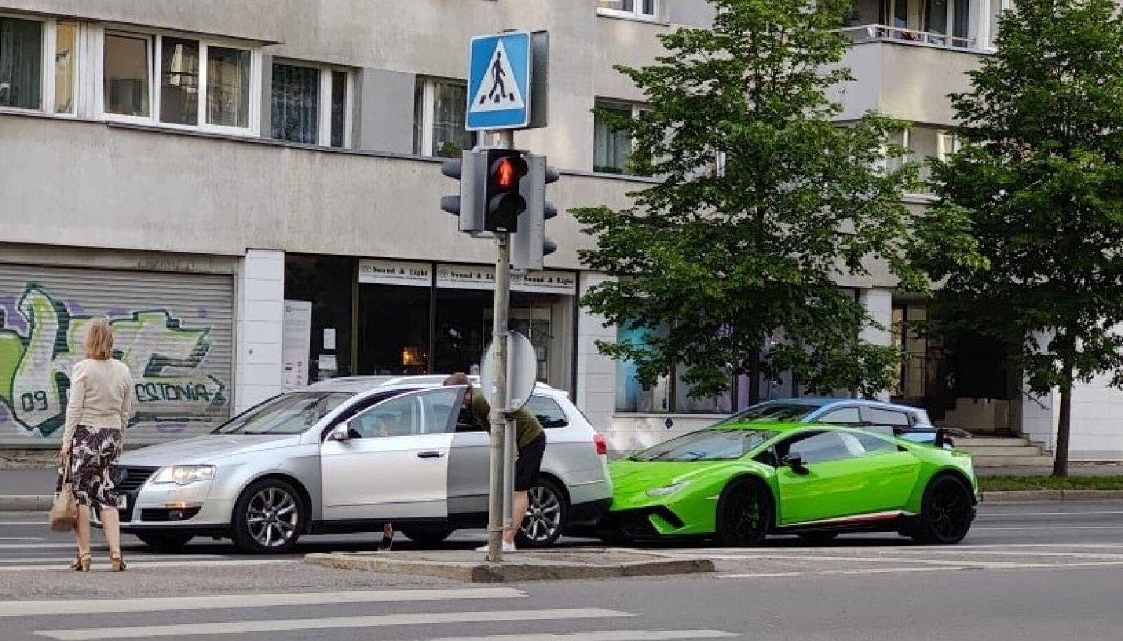 Kallis kõks: Lamborghini põrkas Tallinna kesklinnas Volkswageniga kokku