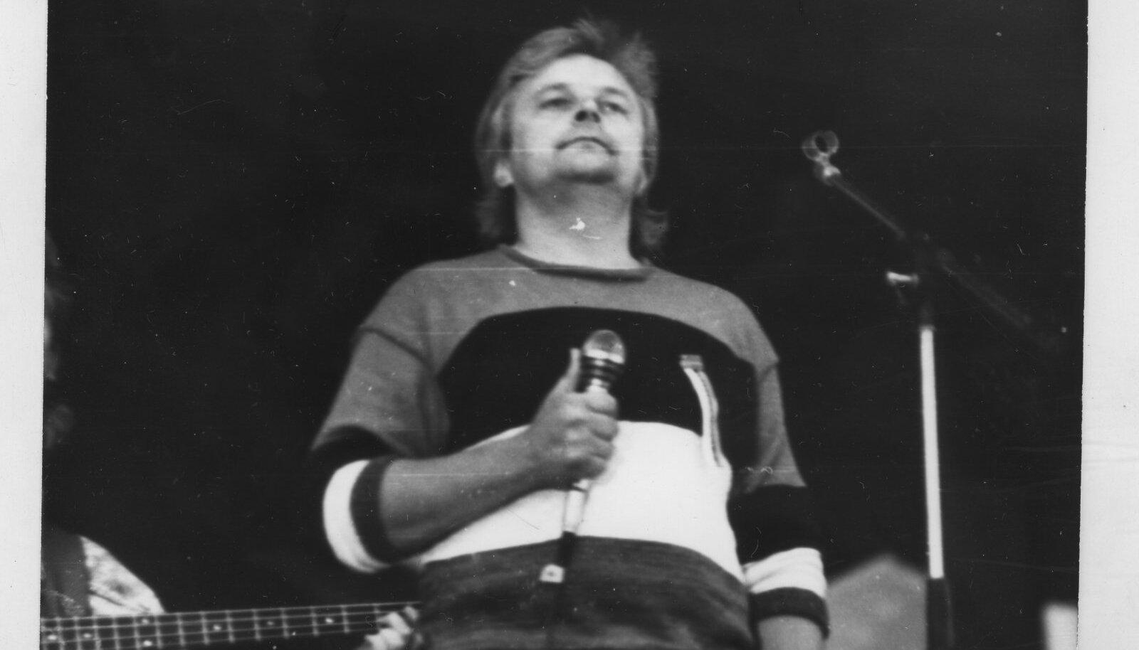 Ivo Linna Eestimaa Laulul, seljas sinimustvalge kampsun.