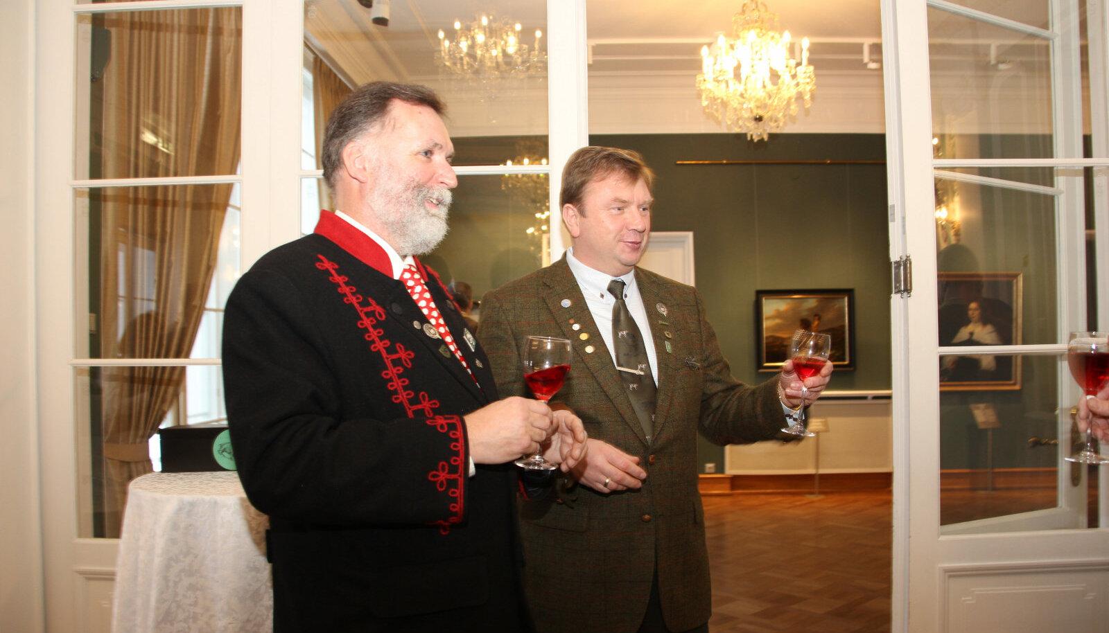 EJS avas eile, tõnisepäeval, sünnipäeva-aasta tänupeoga Kadrioru lossis, kuhu oli kutsutud hulganisti külalisi nii seltsi liikmete kui ka koostööpartnerite seast. Külalisi tervitavad EJS juhid Tõnis Korts ja Margus Puust.