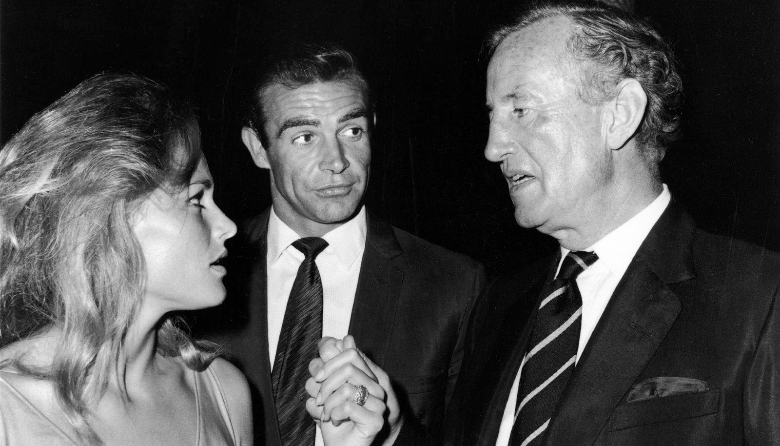 """Bondi-tüdruk Ursula Andress, legendaarne Sean Connery ja Bondi-lugude autor Ian Fleming filmi """"Dr. No"""" (1962) võtetel."""