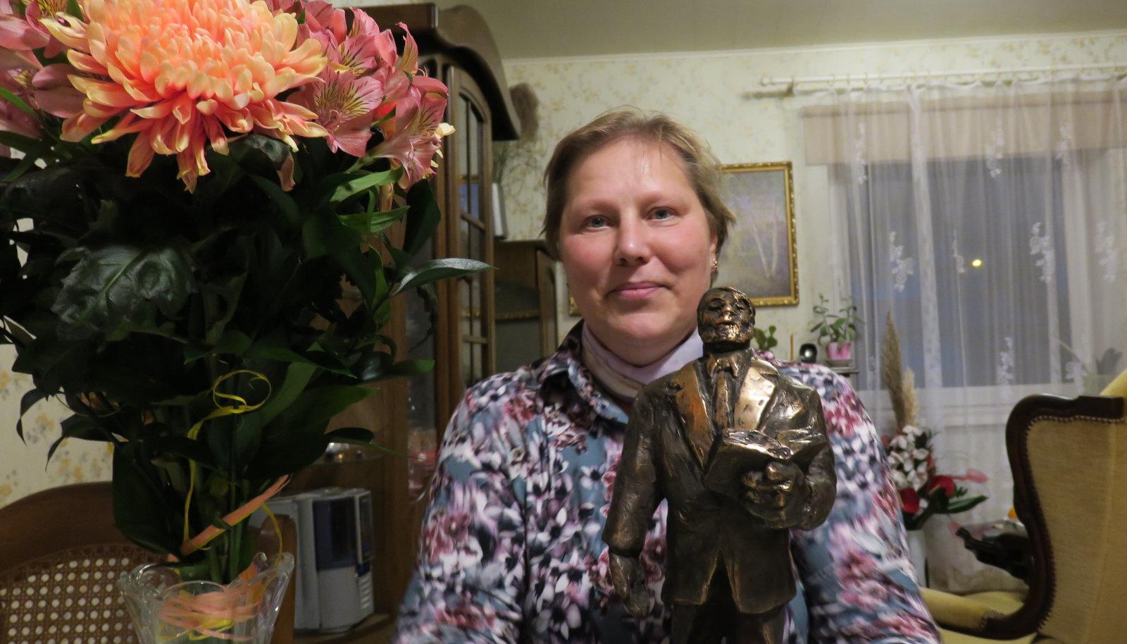 JKHK õpetaja Kaja Marrandi sai tänavu parima maamajanduseriala õpetaja tiitli ning seda kinnitama õpetaja Lauri kuju.