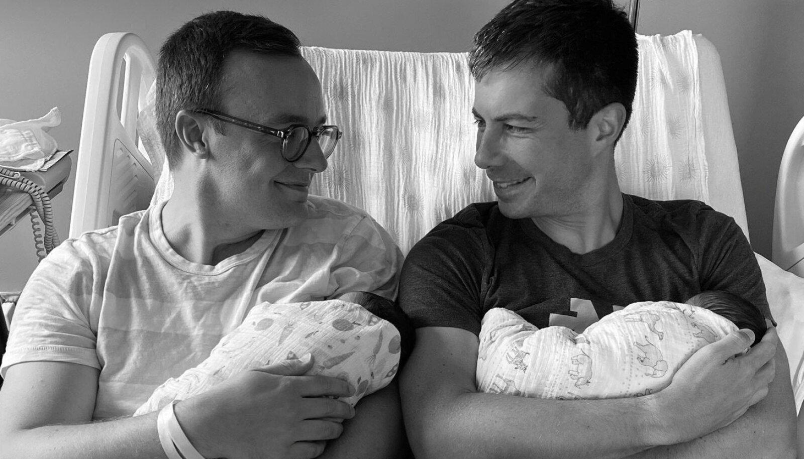 Pete Buttigieg koos abikaasa Chasteni ja nende kahe lapsega
