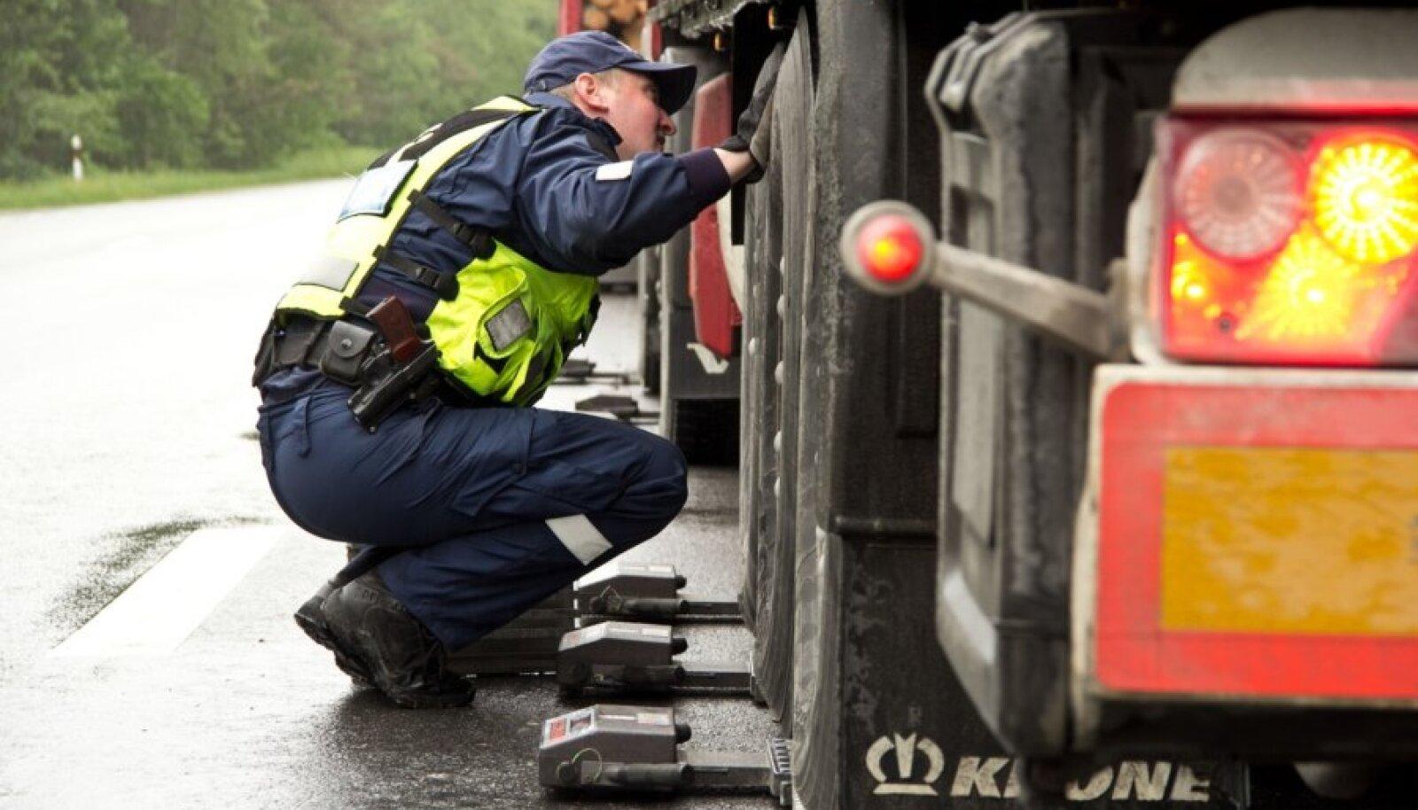 Politseinik kontrollib veokit