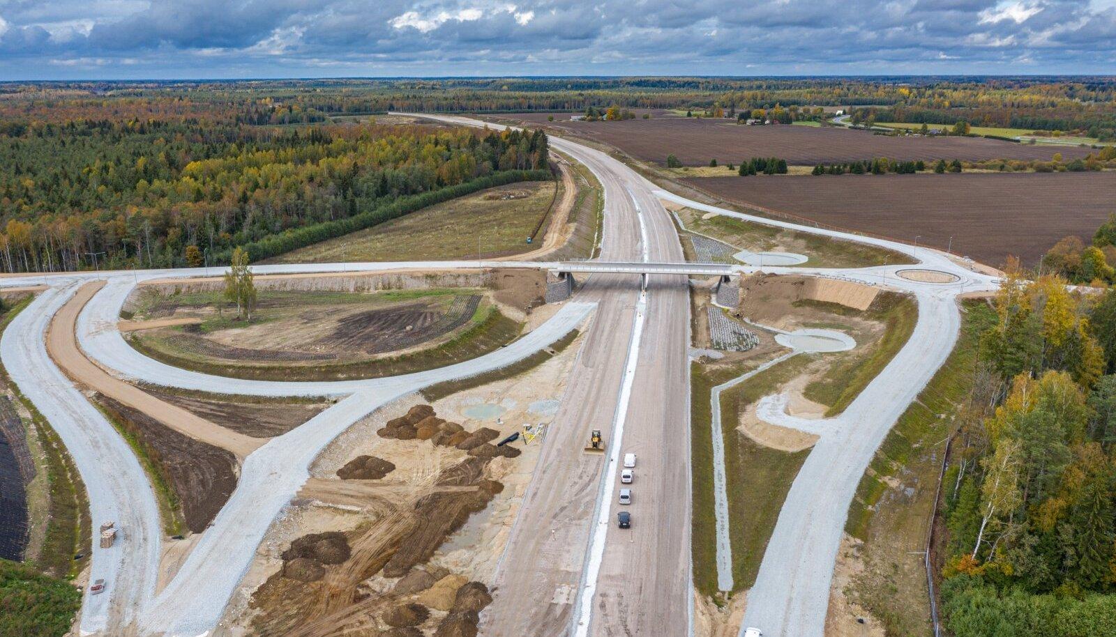 Tartu maantee neljarajaliseks ehitamine käib täie hooga. Loodetavasti jätkub töö ka muudel teedel, kas siis erakapitali toel või riigi rahaga.