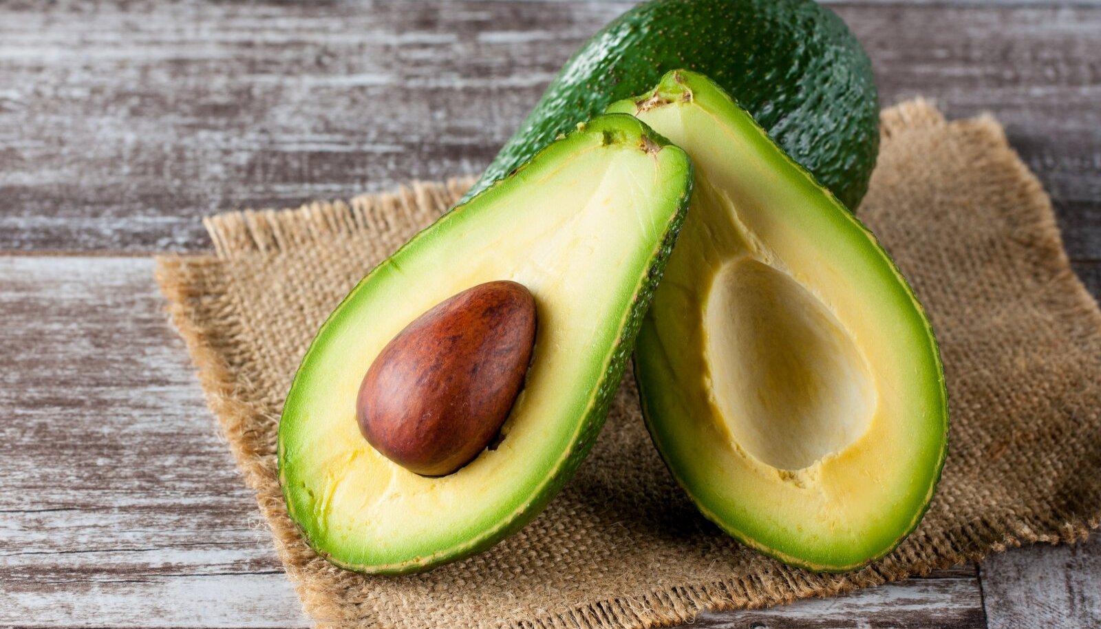 Avokaado on tervislik ja maitsev, selle säilitamine pole aga lihtne. Eriti veel, kui vili on juba pooleks lõigatud.