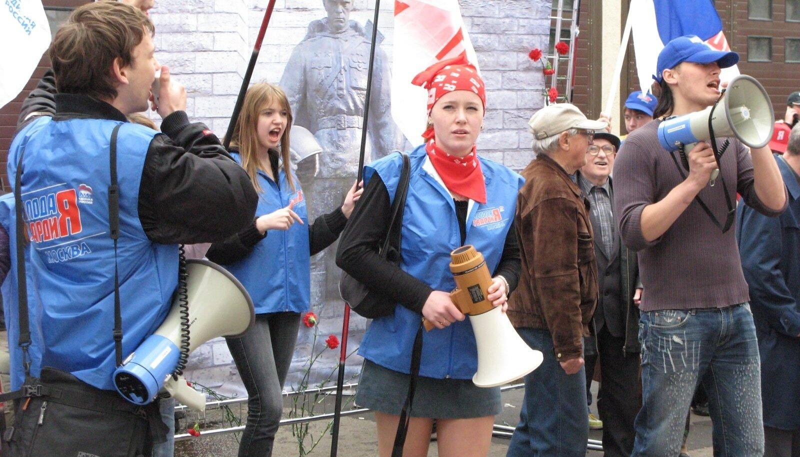 Kremlimeelse noorteorganisatsiooni Molodaja Gvardija aktivistid tõid 2007. aasta kevadel Eesti saatkonna juurde Moskvas elusuuruse pronksmehe plakati ning karjusid ruuporisse oma loosungeid.