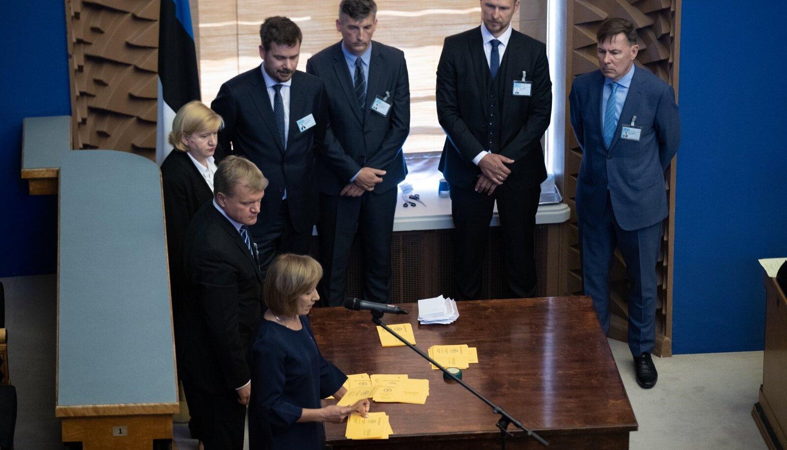 Tähelepanelikumad vaatlejad lugesid kümne kaupa rühmitatud sedelitest tulemuse enne välja, kui valimiskomisjon selle teatavaks tegi.