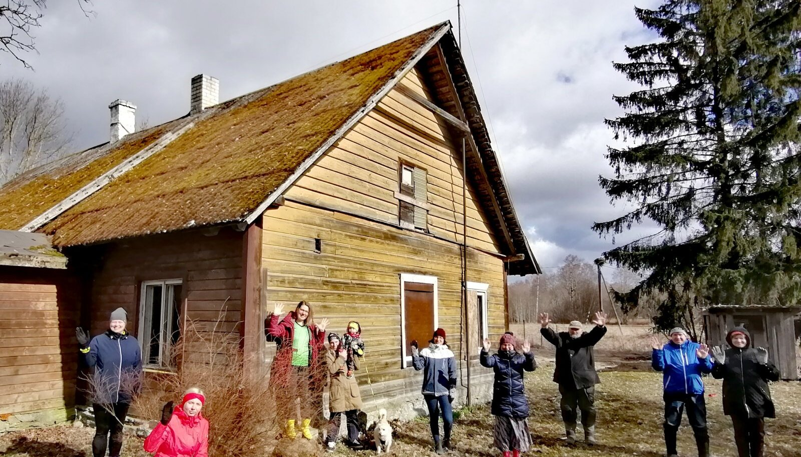 Osa küladepäeva korraldustiimist Patika vana koolimaja õuel pidulike kummikutega kevadist tuult trotsimas.