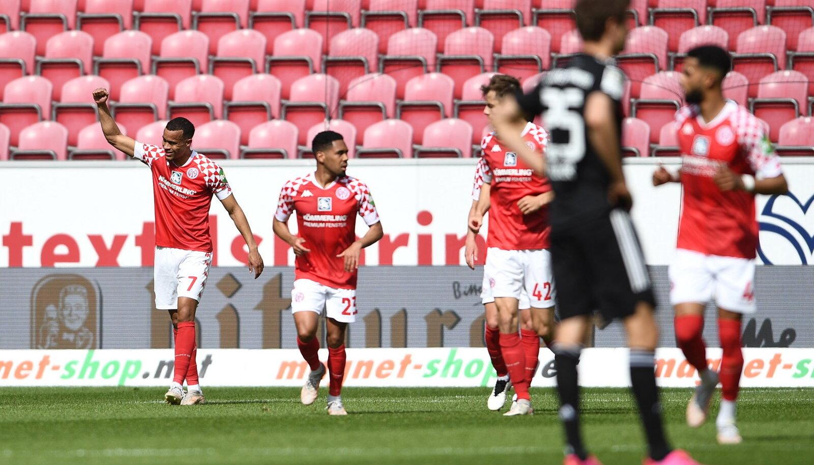 Robin Quaison (vasakul) ja Mainzi mängumehed