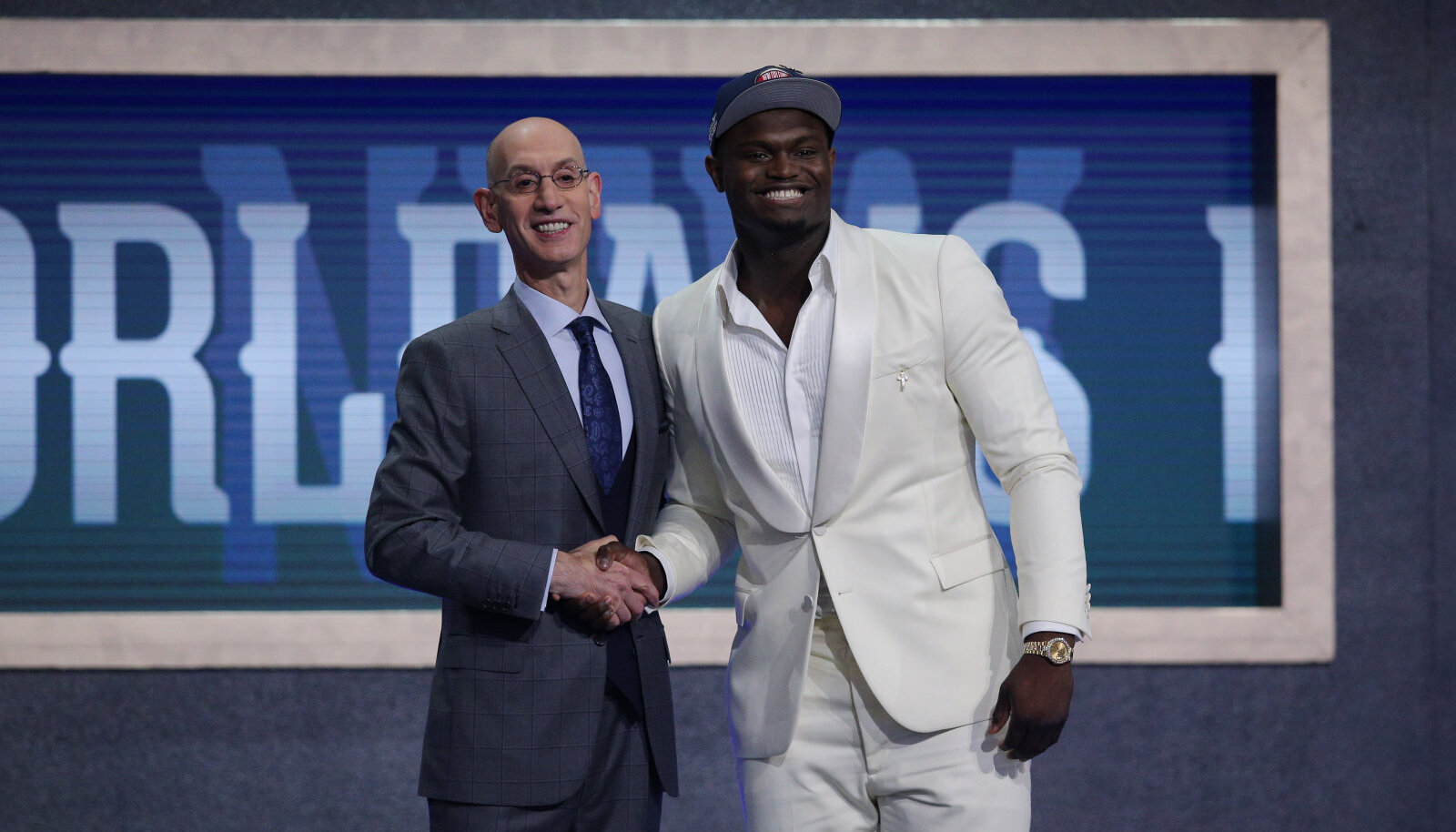 Zion Williamson (paremal) ja NBA komissar Adam Silver.