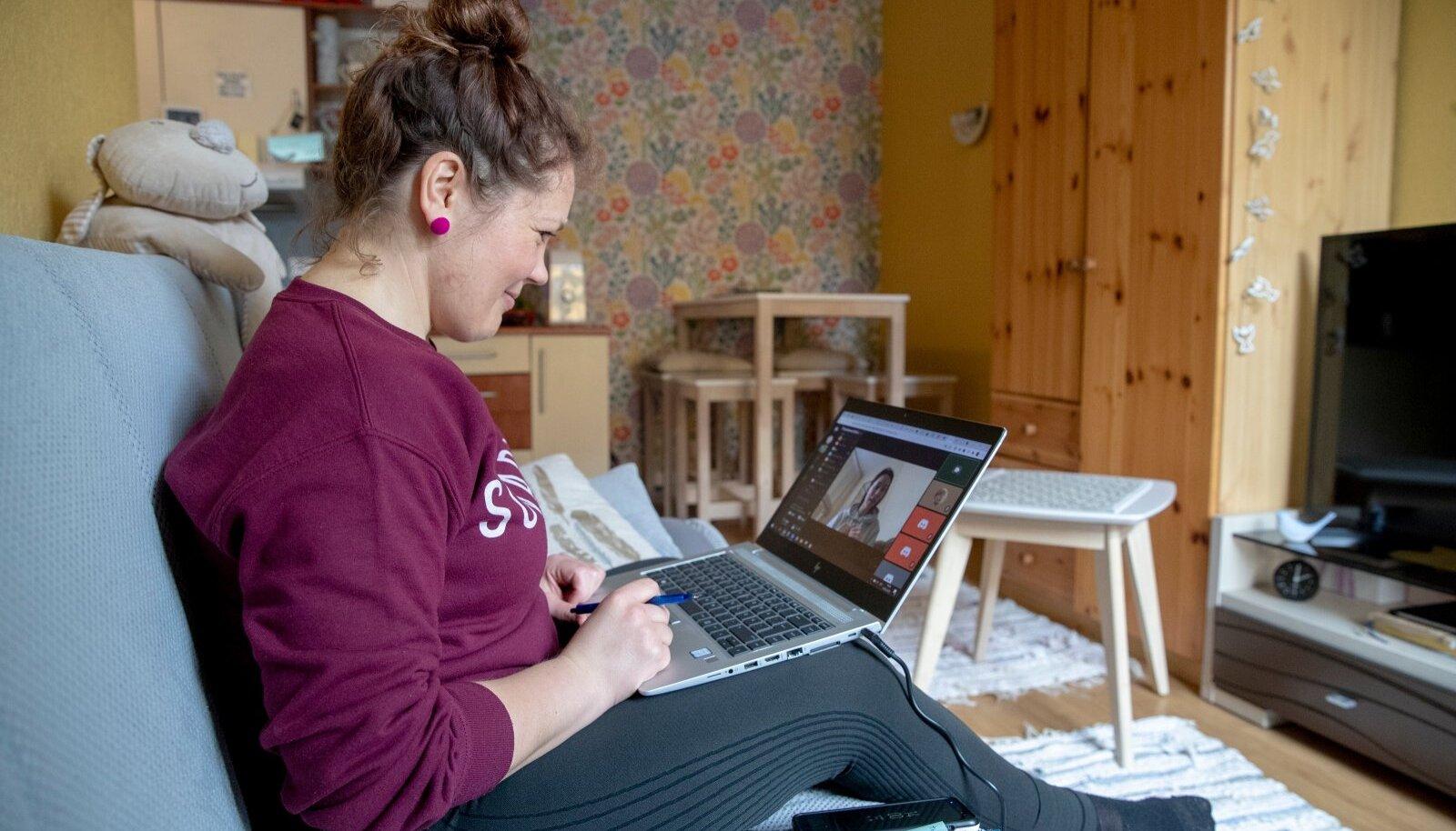 Siiri on neljandat aastat ajakirjandusõpetaja. Viimasel aastal on tema tunnid toimunud kodus diivanil arvutiekraaniga tõtt vaadates.