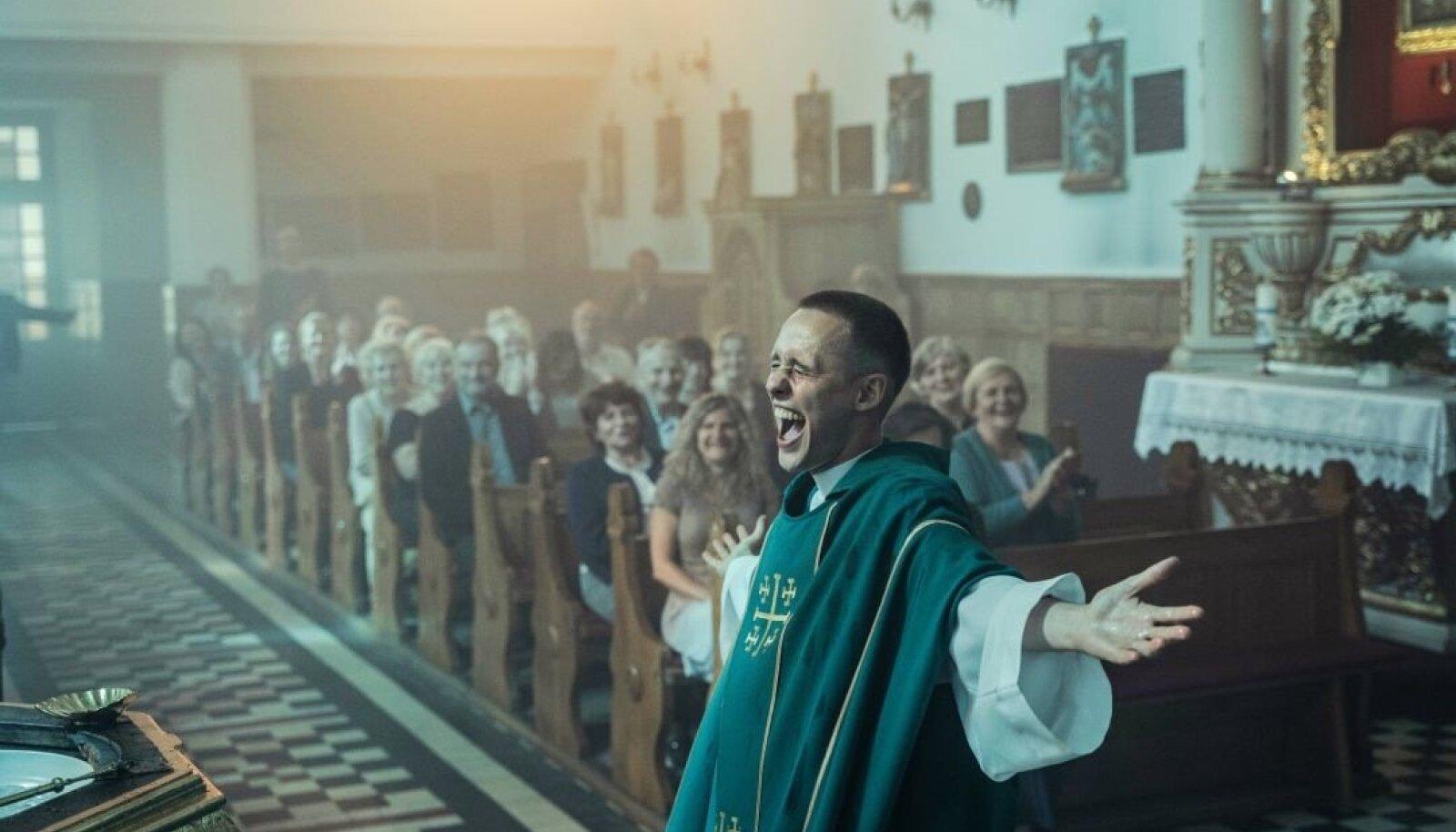"""""""KRISTUSE IHU"""": Loo peategelane on kriminaalse minevikuga Daniel (Bartosz Bielenia), kes soovib preestriks saada."""