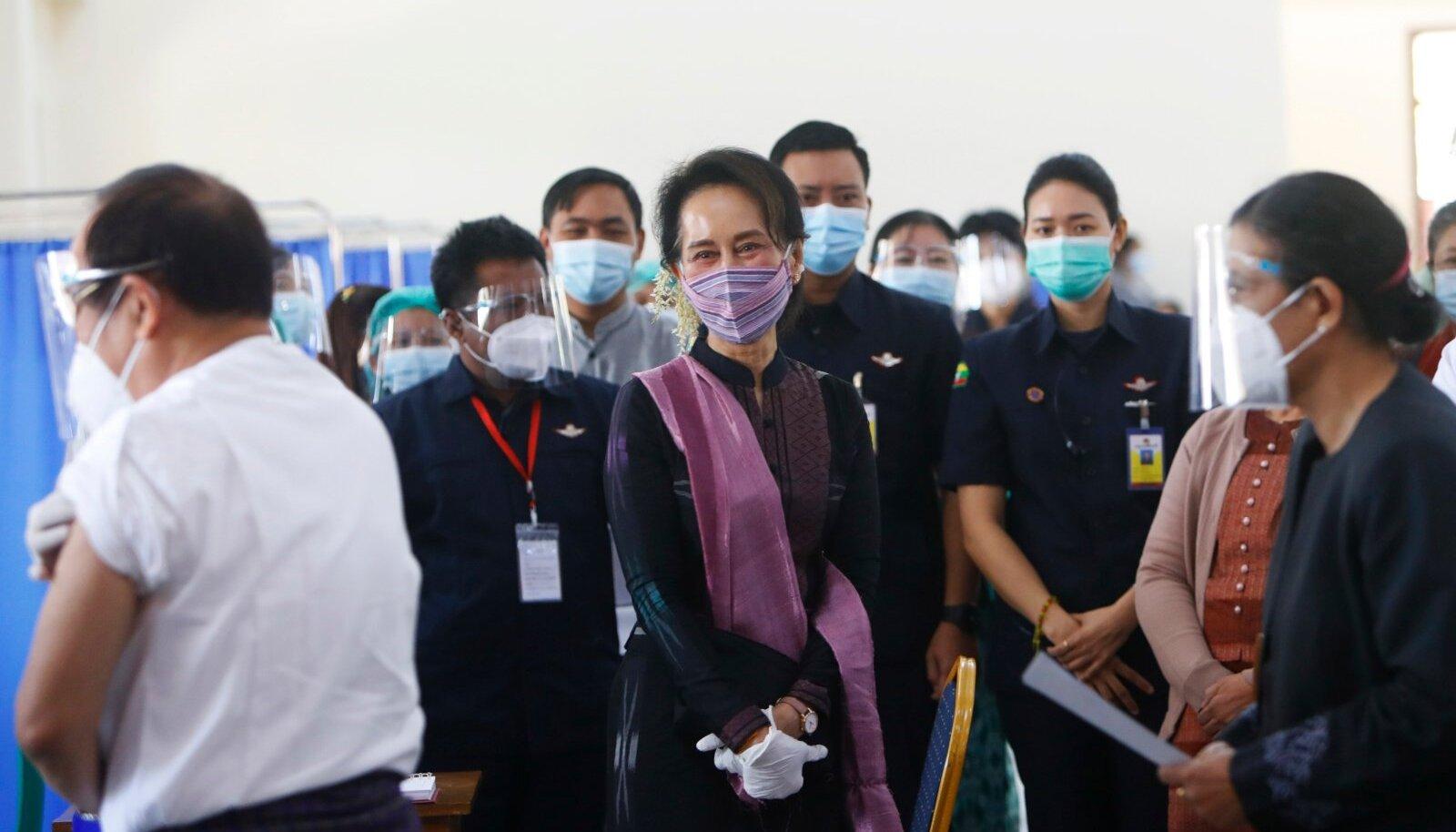 Aung San Suu Kyi (keskel) oli möödunud kolmapäeval veel vabaduses ja käis pealinnas Naypyitaw's vaktsineerimiskeskuses.