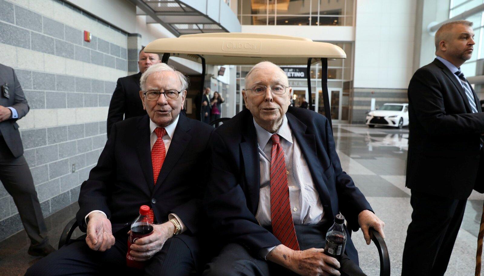 Warren Buffett (vasakul) ja Charlie Munger läinud aastal Berkshire Hathaway aktsionäride üldkoosoleku raames toimunud ostupäeval. Kapitalistide Woodstockiks nimetatud investorite palverännakul demonstreerivad investeerimisässad, et tarbivad ettevõtte ühe investeeringu, Coca-Cola toodangut.