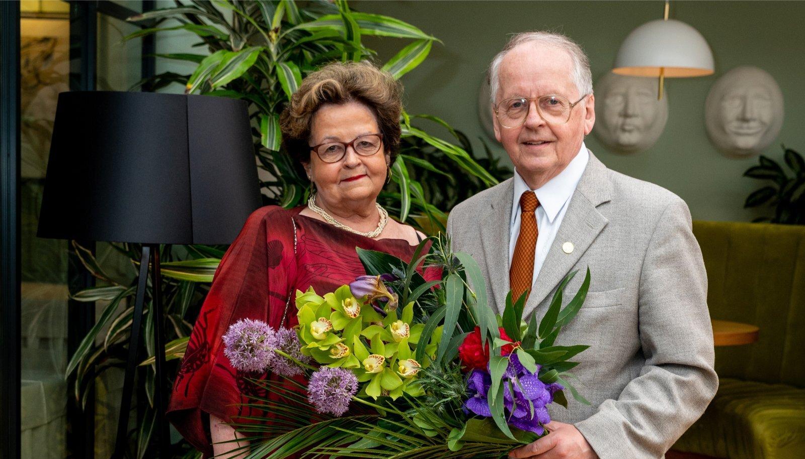 KALLI ÕEGA Kuna Ennu vanemad ja abikaasa on juba teispoolsuses, siis on üheksa aastat noorem õde Andra Veidemann talle üks lähedasemaid inimesi. Mõlemad on poliitikud, ja ka Andra on teinud telesaateid.