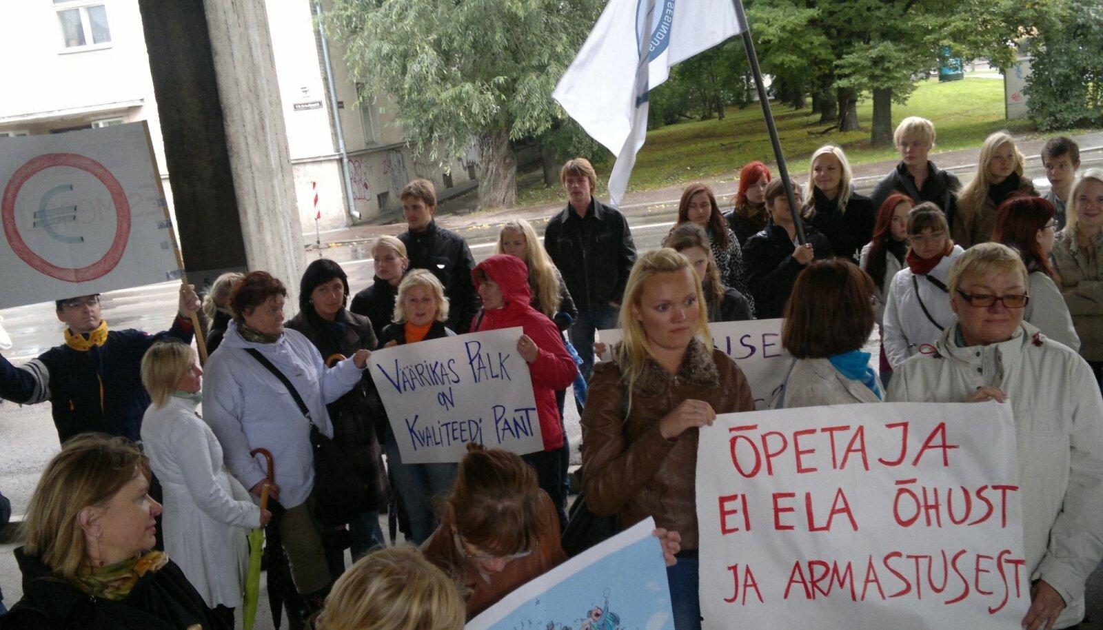 Õpetajate meeleavaldus 19. septembril ERR maja ees