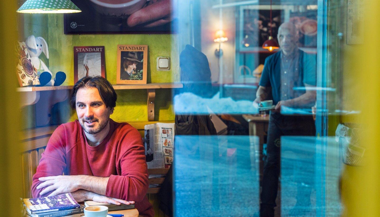 """""""Ma töötangi kohvikus,"""" ütleb Justin Petrone. """"Kodus ma ei saaks kirjutada, kodus ma hakkan kohe muid asju tegema."""""""