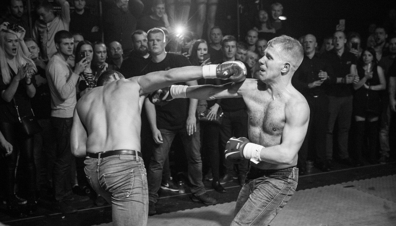 Bad Bloodil osalejad kandsid teksaseid, tosse ning vastastikusel kokkleppel kas poksi- või MMA-kindaid.