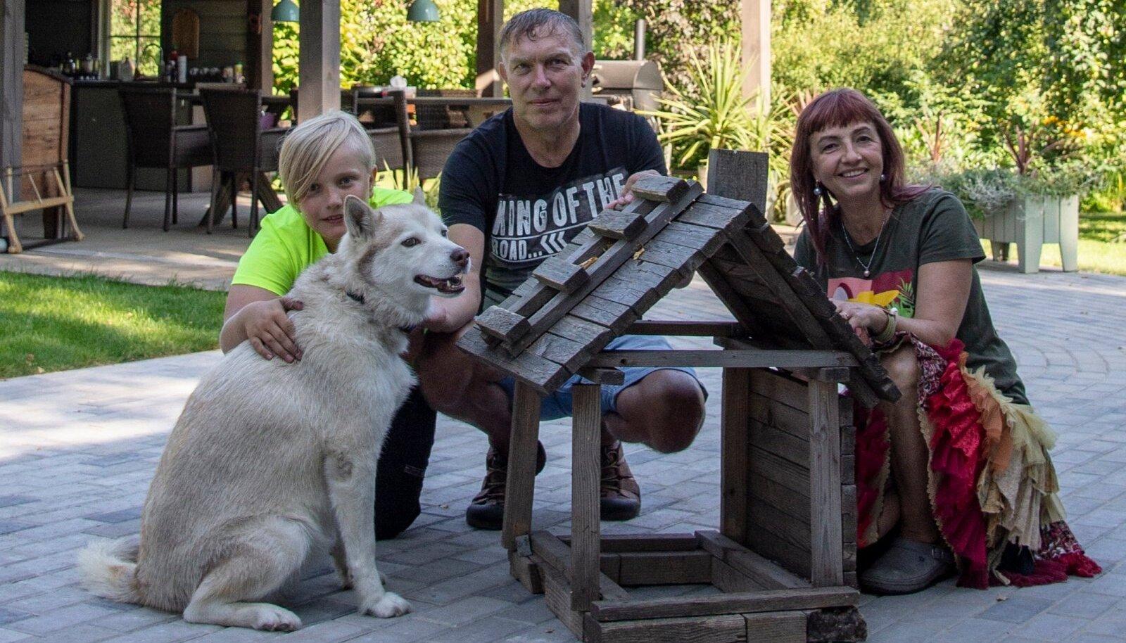 Oskar on olnud väikesest peale suur meistermees. Selle majakese, mille ümber pere on kogunenud, ehitas ta kolme-neljaselt.