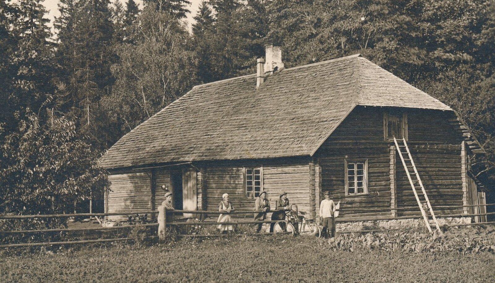 Roela metskonna metsavahi elumaja koos elanikega, 1932.