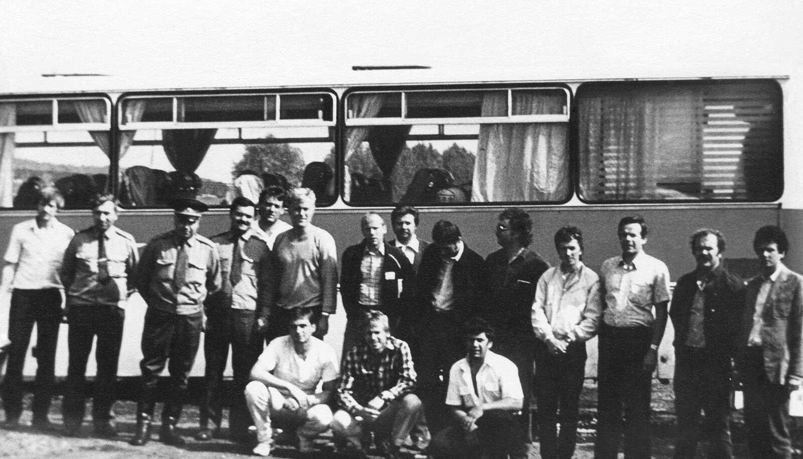 Eesti delegatsioon tagasiteel. Vasakult kolmas Roomet Kiudmaa, kuues Aivar Mäe, paremalt neljas Andres Oja, kõigi taga seisab Tõnis Avikson. Ees keskel kükitab ruudulises särgis Rein Laaneorg.