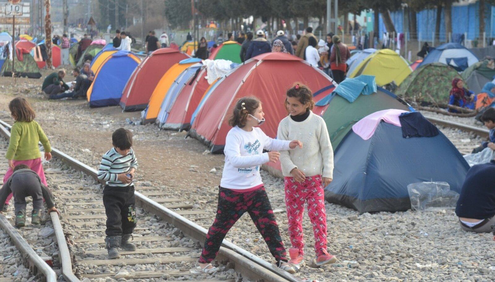 Põgenike telgid on Kreeka-Makedoonia piirialal püsti pandud rööbasteede vahele, raudteeliiklus jätkub.