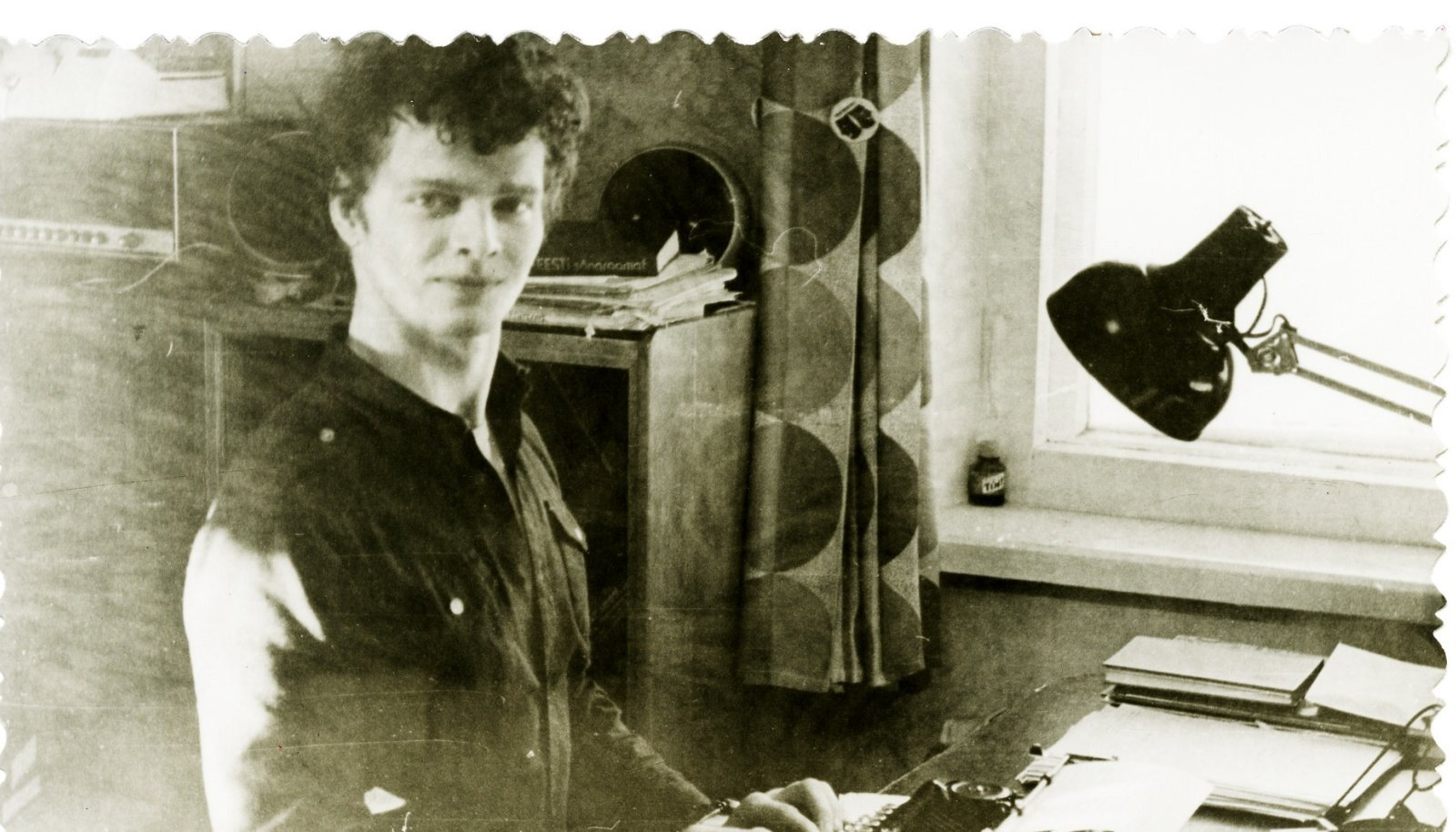 ENNE ARVUTIAJASTUT: Hans H. Luik kirjutusmasina taga, aasta peaks olema 1976.
