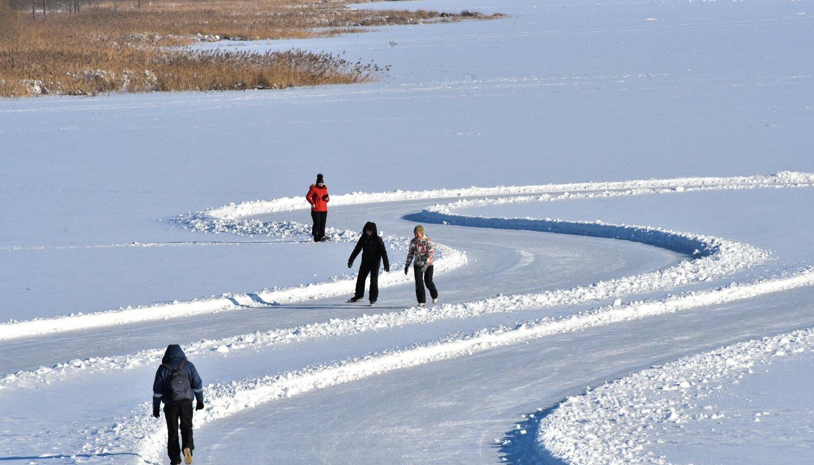 Lumerohke talv soodustas siseturismi: uisutajad Viljandi järvel