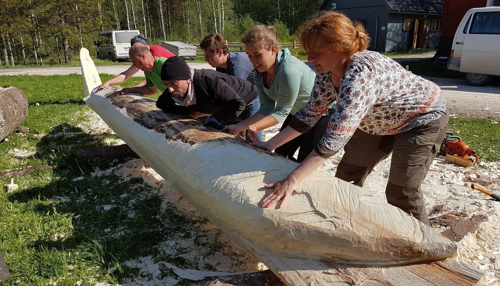 Ühest puutüvest lootsiku ehitamine on meeskonnatöö, mis pakub kõigile osalejatele parasjagu elamust.