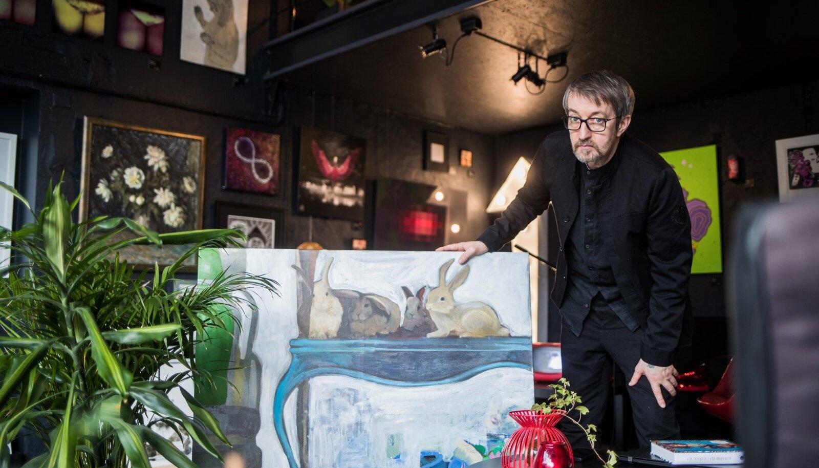 """Raul Oreškin on oma tARTu pood-galeriis esile tõstnud kunstnik Huupi maali """"Lapin a la Moutarde (Plat Principal remake)"""", 2020, 105 × 105 cm, print ja õli lõuendil."""