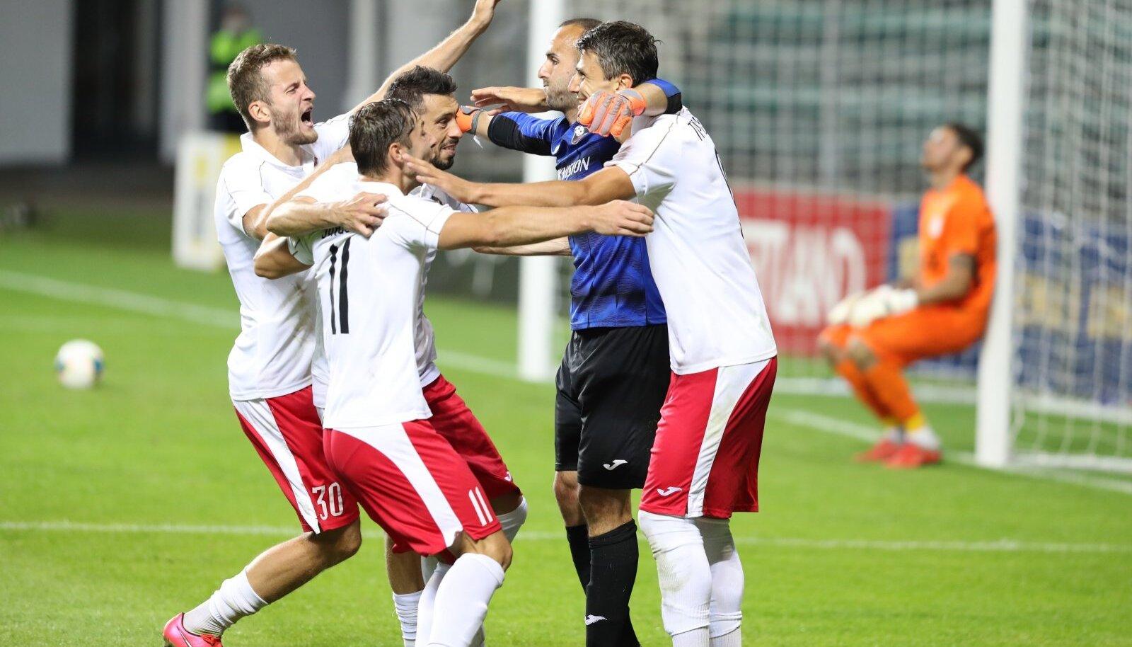 Suduva mängijad tähistamas penaltiseeria võitmist.