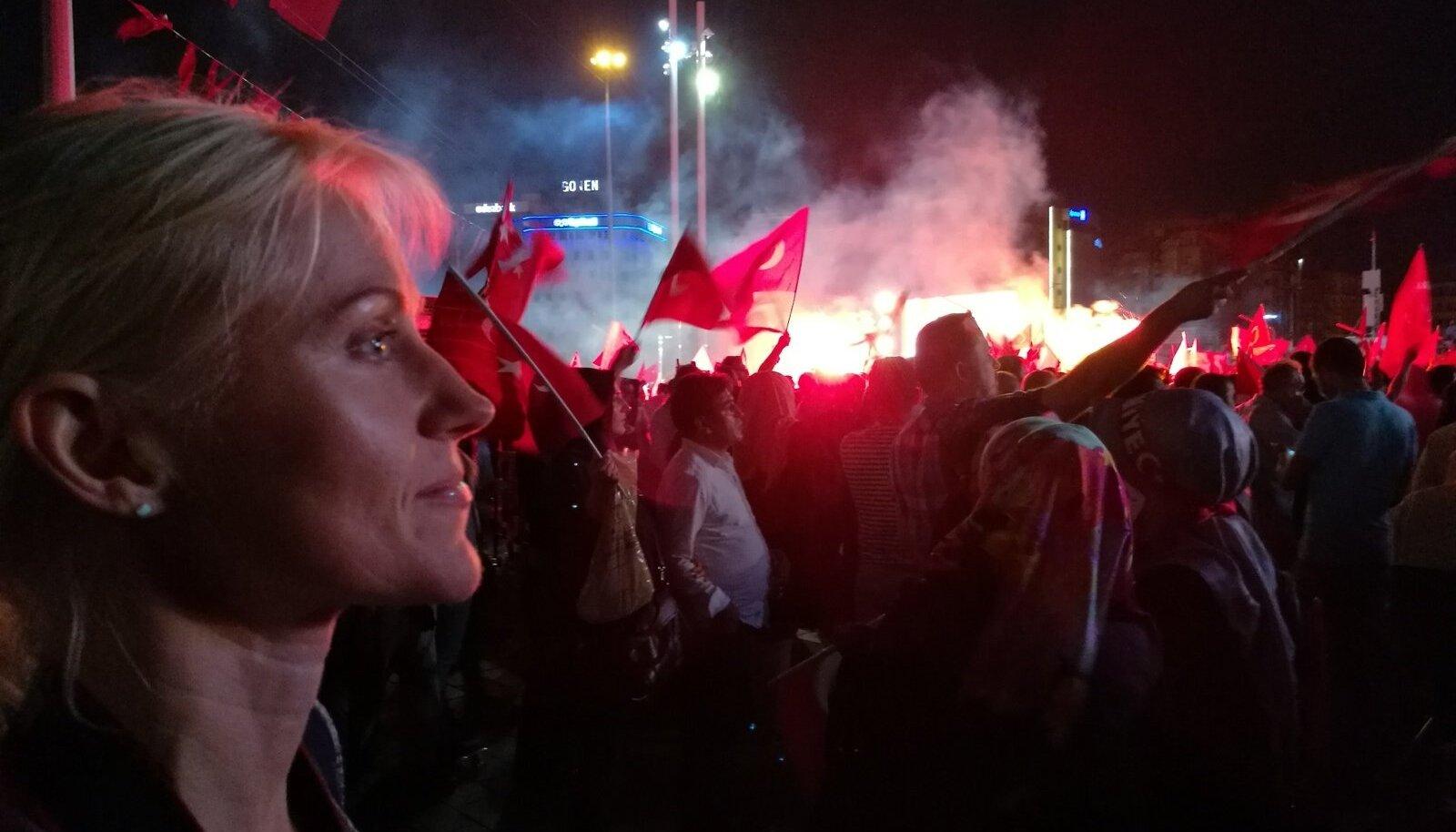 MEIE NAINE ISTANBULIS: kui viimasel nädalal pea igal ööl on HilleHanso (pildil) Taksimi väljakul käinud vaatamas valitseva Õigluse jaArengu partei demokraatiapidusi (samuti pildil), siis 24. juulivarasel õhtutunnil lasti  Taksimi väljakul meelt avaldada kaopositsioonilise Vabariikliku Rahvapartei toetajail. Tõsi,ühistranspordiga oli sel õhtul Taksimi väljakule saamisega raskusi,sest bussid väga ei liikunud.