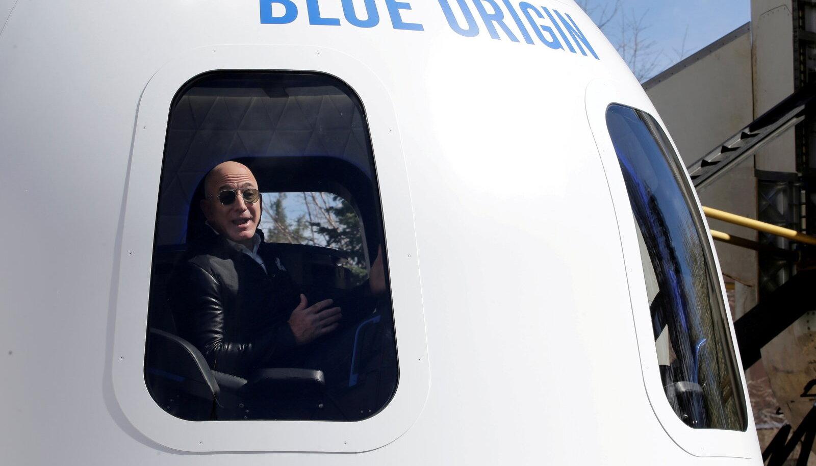 Jeff Bezos naaseb kosmoseskäigu järel koju umbes sellises kapslis – pildil nähtav on siiski võltskapsel, mis loodud meediaürituse jaoks (foto: REUTERS / Scanpix)